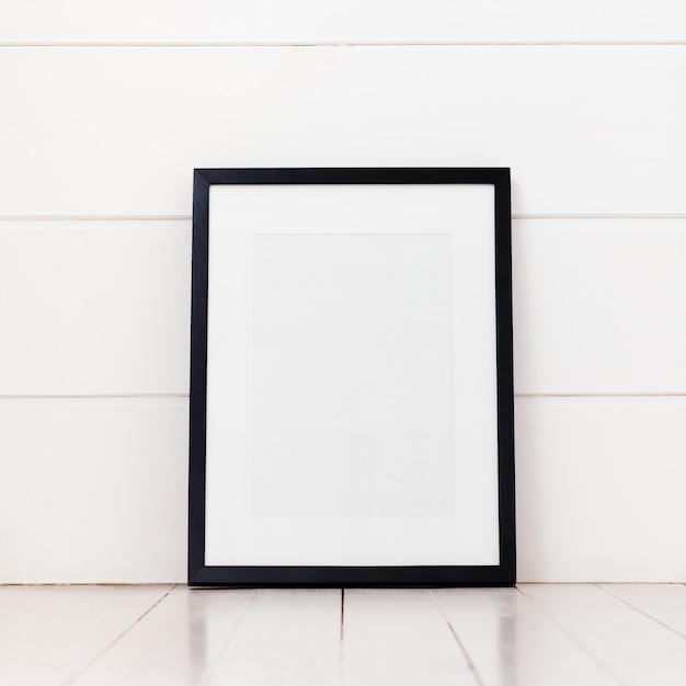 Cornice vuota su uno sfondo bianco Foto Premium