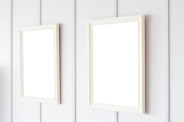 Cornice vuota sul fondo della parete bianca Foto Gratuite