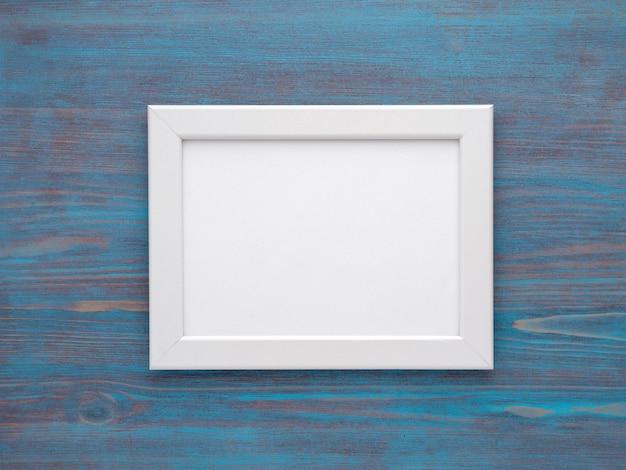 Cornici di mocap per foto su fondo di legno blu Foto Premium