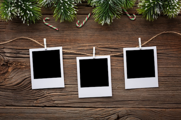 Cornici per foto vista dall'alto su un tavolo con mock-up Foto Gratuite