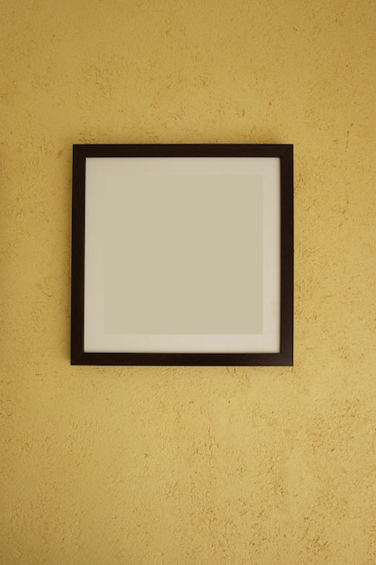 Cornici vuote su pareti gialle vintage. Foto Premium