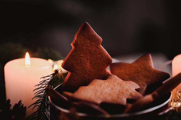 Corona di capodanno con gingerbread cookies per la festa di natale. torta dell'albero di natale sulla cima del mazzo a fuoco. foto del primo piano. Foto Premium