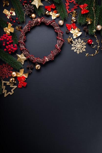 Corona di natale con decorazioni. sfondo di natale e capodanno Foto Premium
