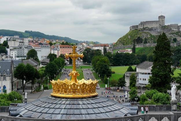 Corona dorata della basilica di lourdes Foto Premium