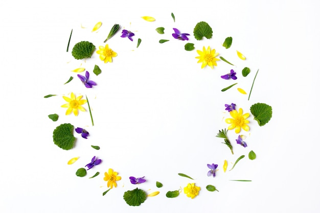 Corona fatta di fiori gialli su sfondo bianco Foto Premium