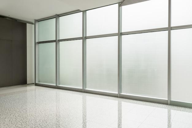 Corridoio del centro di affari e finestra di vetro Foto Premium