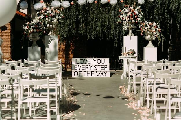Sedie Bianche Eleganti : Corridoio sedie e scale eleganti di nozze bianche eleganti