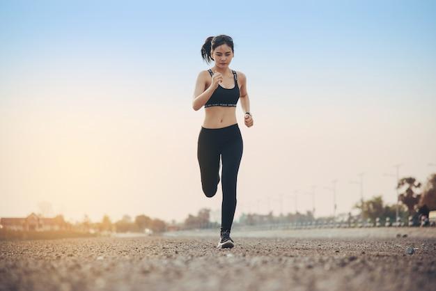Corridore della donna giovane fitness Foto Gratuite