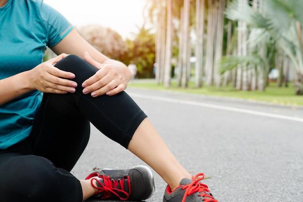 Corridore di donna fitness sentire dolore al ginocchio Foto Premium
