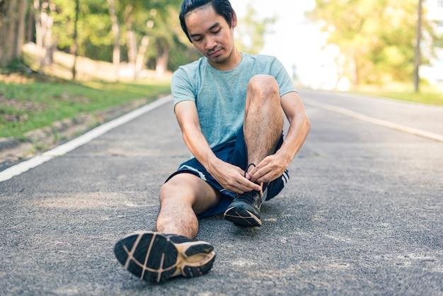 Corridore uomo legare i lacci delle scarpe Foto Premium