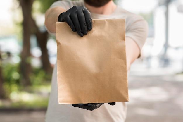 Corriere che consegna un pacco Foto Gratuite