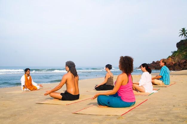 Corso di yoga sulla spiaggia Foto Gratuite