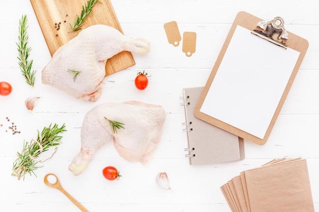 Cosce di pollo crude fresche con erbe. cucinando Foto Premium