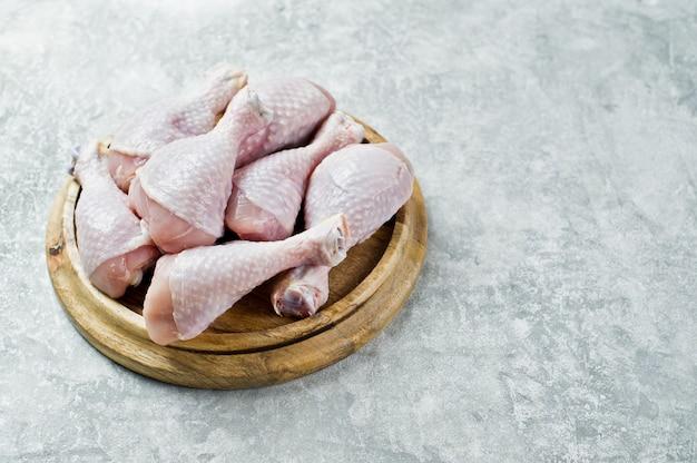 Cosce di pollo crudo Foto Premium