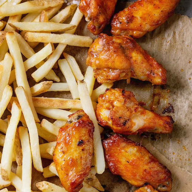 Cosce di pollo fritto con patatine fritte Foto Premium