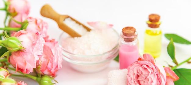 Cosmetici con estratto di fiori di rosa. Foto Premium