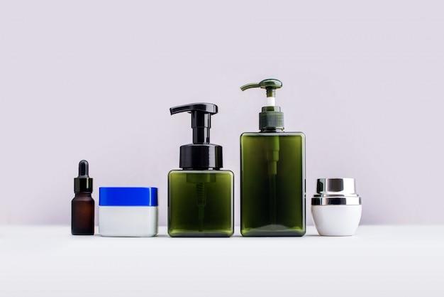 Cosmetici delle bottiglie e prodotti di bellezza isolati su bianco Foto Premium