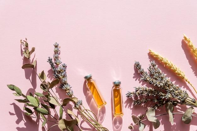 Cosmetici naturali con lavanda e arancia, limone per la stazione termale casalinga sulla vista superiore del fondo bianco. vista dall'alto Foto Premium