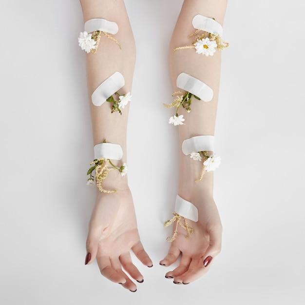 Cosmetici naturali per la cura della mano con estratto di fiori Foto Premium