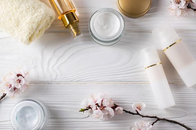 Cosmetici per la cura del viso, distese piatte Foto Premium
