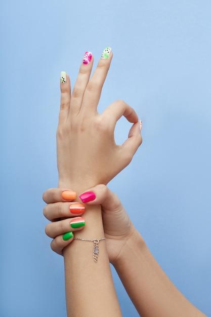 Cosmetici per mani colorazione e cura delle unghie, manicure professionale e prodotti per la cura Foto Premium
