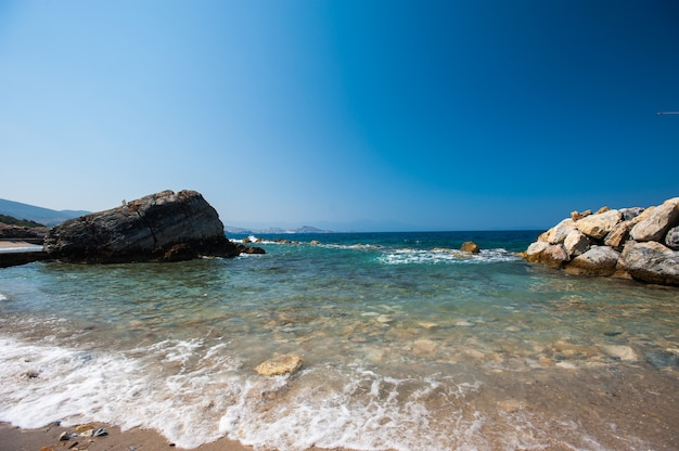 Costa con pietre. interruzioni dell'acqua attraverso le pietre Foto Premium