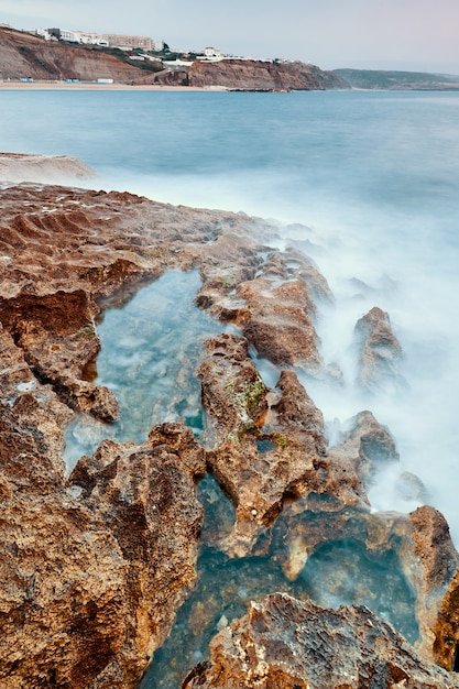 Costa della spiaggia di ericeira Foto Premium