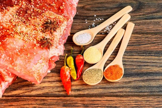 Costine fresche di maiale, carne marinata e preparata per arrosto con aglio Foto Premium