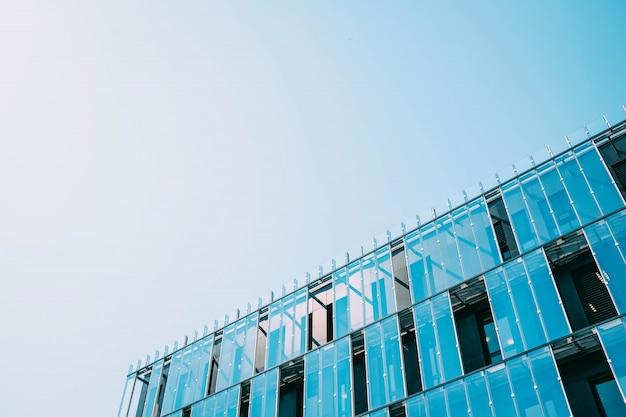 Costruire in una facciata di vetro durante il giorno Foto Gratuite