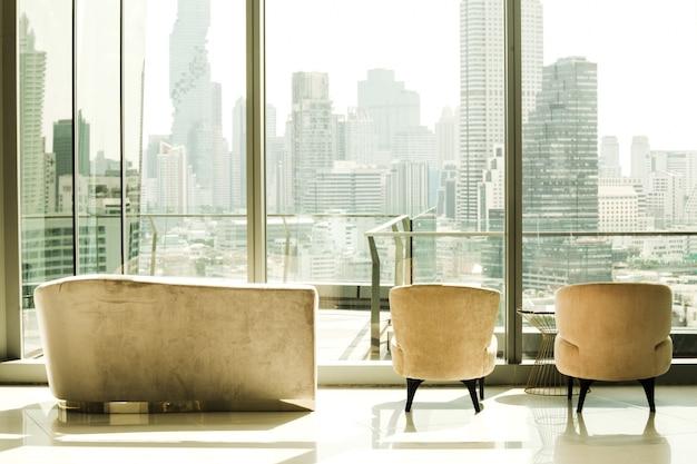 Costruire interni con posti a sedere che possono vedere la vista della grande città Foto Premium