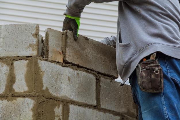 Costruire un muro di blocchi di cemento per una casa Foto Premium