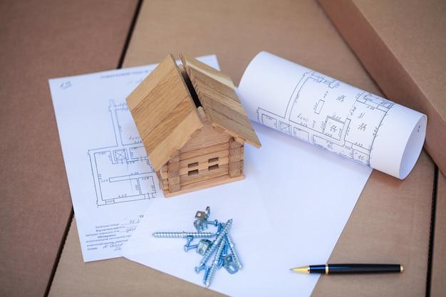 Costruire una nuova casa. chiuda in su della cianografia della casa con gli strumenti della costruzione Foto Premium