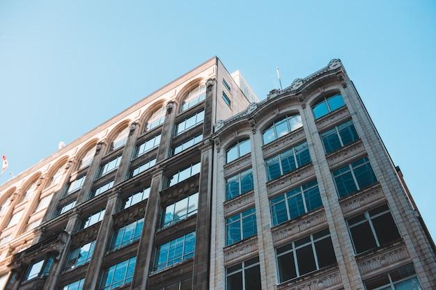 Costruzione concreta di brown sotto il cielo blu durante il giorno Foto Gratuite