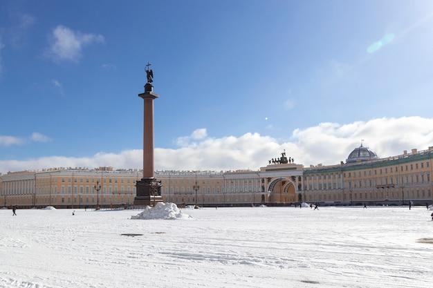 Costruzione dello stato maggiore e colonna alessandrina con un angelo sul quadrato del palazzo al giorno di inverno della neve gelida a st petersburg, russia Foto Premium