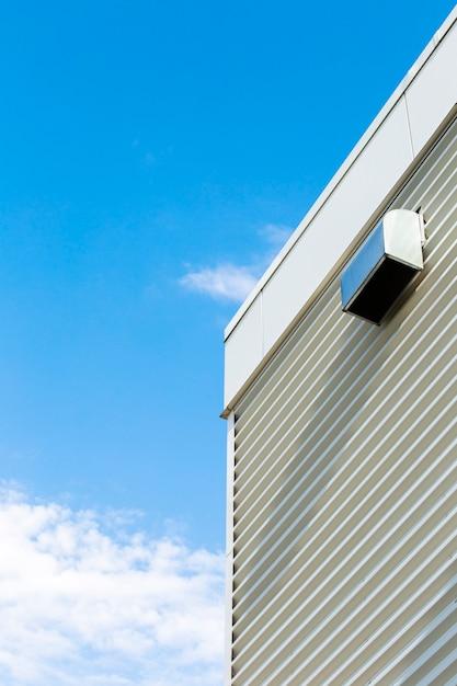 Costruzione di vista laterale con il cielo blu Foto Gratuite
