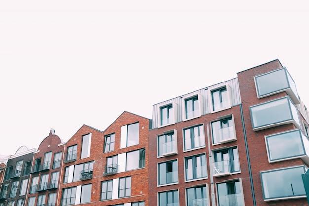 Costruzione marrone concreta sotto il cielo bianco Foto Gratuite