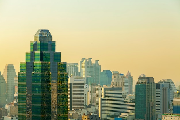 Costruzione moderna nel centro del distretto aziendale a bangkok, tailandia. vista del grattacielo al tramonto. Foto Premium
