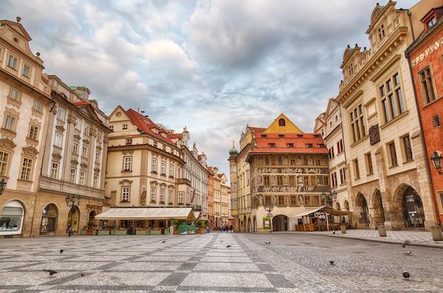 Costruzioni sulla vecchia piazza staromestska namesti a praga durante l'alba, repubblica ceca Foto Premium