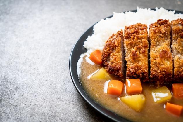 Cotoletta di maiale fritta croccante con curry e riso Foto Premium