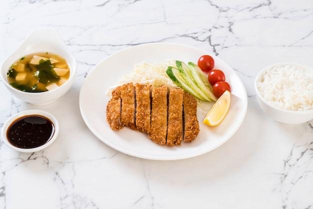 Cotoletta di maiale fritta nel grasso bollente giapponese (set di tonkatsu) Foto Premium