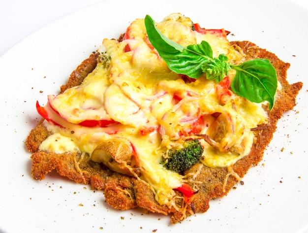 Cotoletta di vitello croccante con formaggio, pomodori, peperoni, broccoli e funghi Foto Gratuite