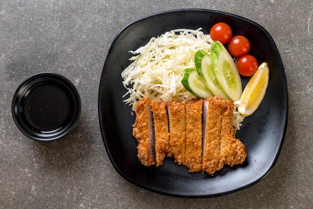 Cotoletta giapponese di maiale fritto (set tonkatsu) Foto Premium