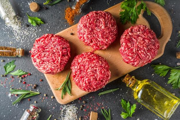 Cotolette di hamburger di carne macinata cruda Foto Premium