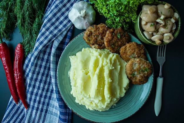 Cotolette di maiale con purè di patate, verdure e verdure fresche Foto Premium