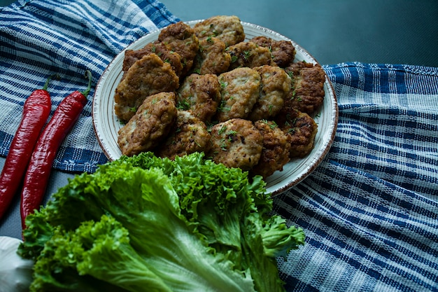 Cotolette di maiale su un piatto con verdure e verdure Foto Premium