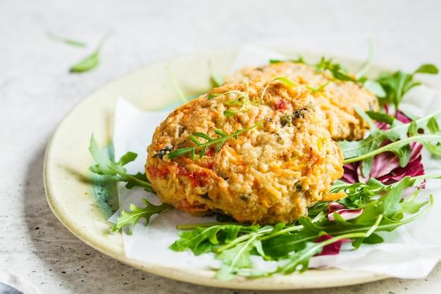 Cotolette di verdure con insalata di rucola. concetto di cibo vegan. Foto Premium