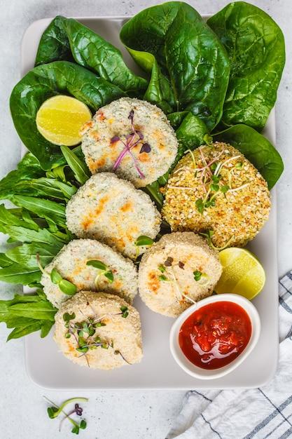 Cotolette vegane (hamburger) di lenticchie, ceci e fagioli, vista dall'alto. concetto di cibo sano vegan, piatto detox, dieta a base vegetale. Foto Premium
