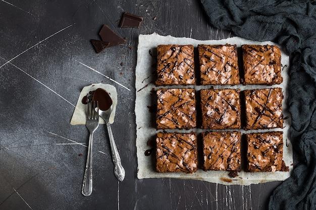Cottura dolce dei pasticcini casalinghi della torta del pezzo del dolce del brownie del cioccolato Foto Gratuite
