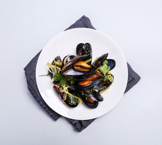Cozze deliziose in un piatto Foto Gratuite