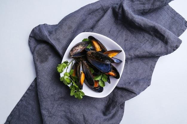 Cozze deliziose sulla tovaglia blu Foto Gratuite